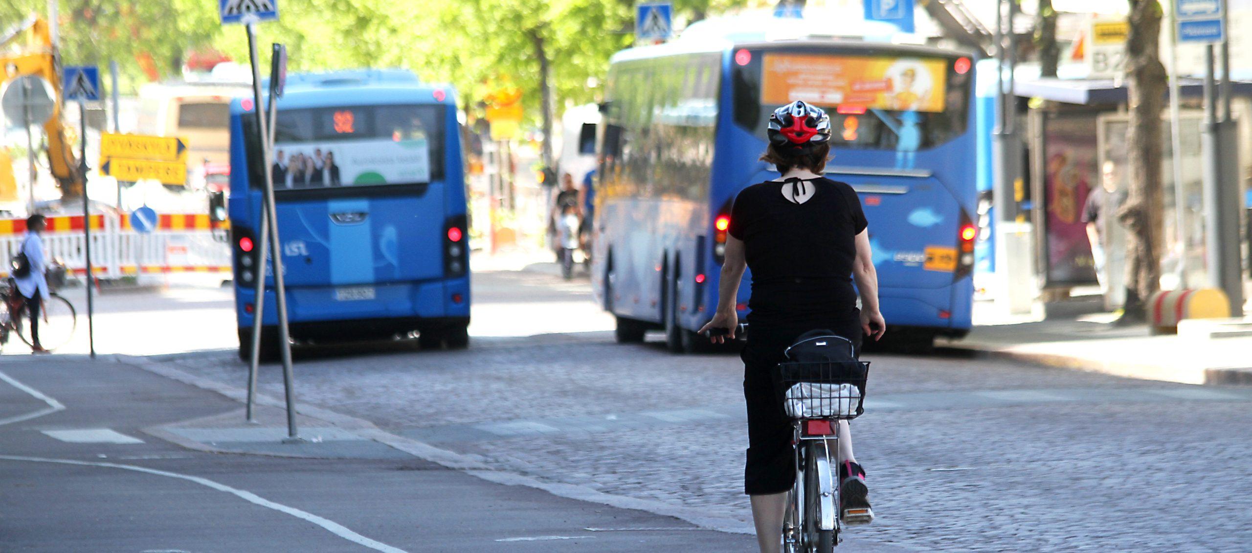 Kuva, jossa busseja ja pyöräilijöitä Lahdessa