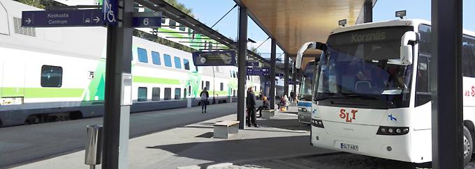 Juna-asema, laituri, ihmisiä, juna, bussi