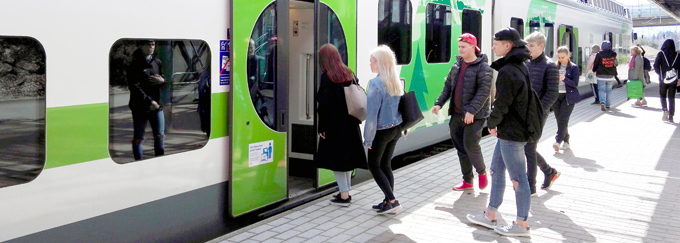 Mäntsälän juna-asema, matkustajia nousee junan kyytiin